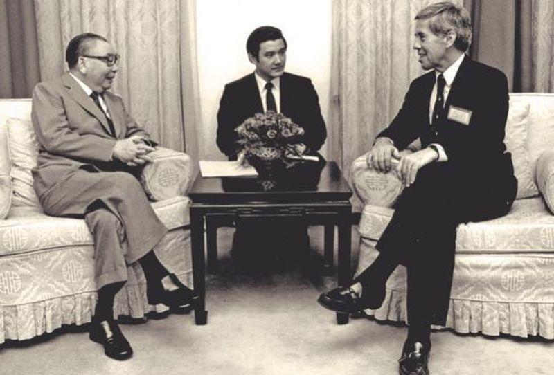 一九八六年蔣經國接見美國參議員魯嘉,由當時的英文祕書馬英九擔任翻譯。(時報出版提供)