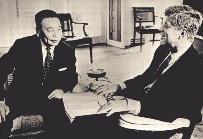 一九六三年九月十一日,擔任行政院政務委員的蔣經國於越戰期間拜會美國總統甘迺迪。(時報出版提供)