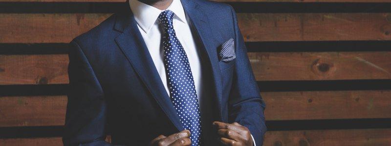 若在胸前口袋放方巾,可挑選與領帶近似的色系。(圖/pixabay)