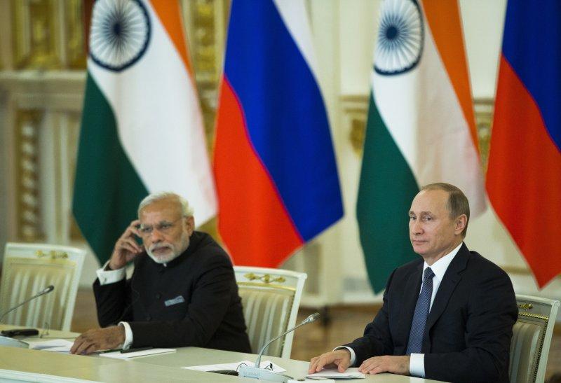 莫迪(左)與普京(右)召開聯合記者會。(美聯社)