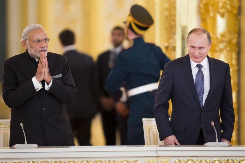 莫迪(左)與普京(右)走進克里姆林宮。(美聯社)