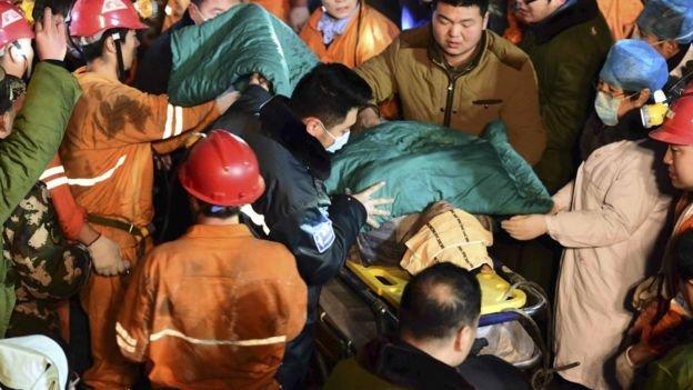 當局與鄰近礦山共出動700餘人參與搜救。(BBC中文網)