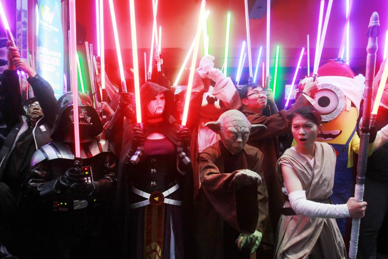 《STAR WARS:原力覺醒》的影迷在電影院前大玩變裝(美聯社)
