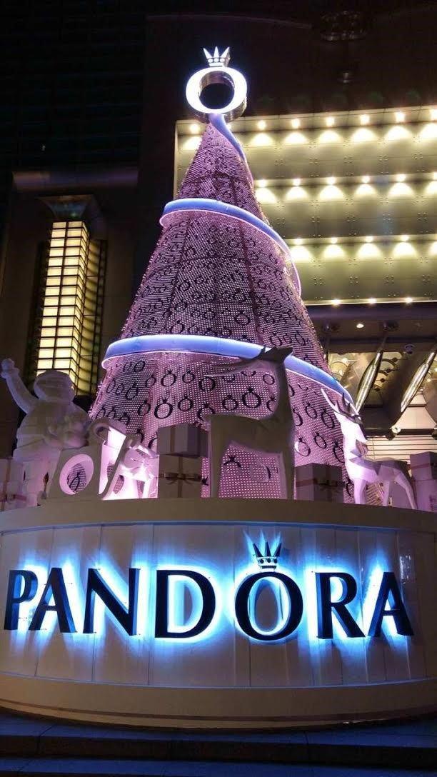 2015年台北101聖誕布置主題走輕奢侈珠寶品牌PANDORA的粉嫩風格。(Riona攝)