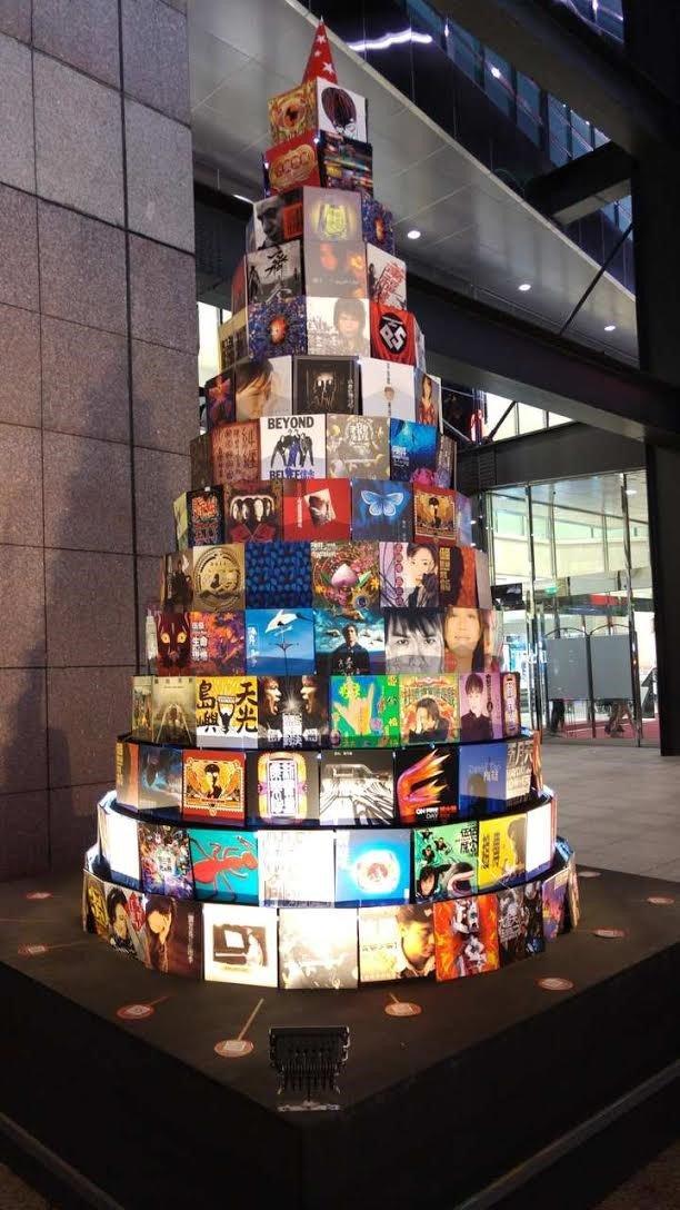 信義新天地A11館外的聖誕樹是由李道明大師設計的專輯封面組成。(Riona攝)
