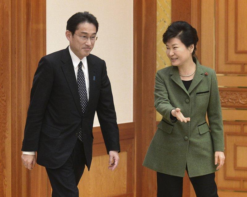 南韓總統朴槿惠28日接見來訪的日本外相岸田文雄(美聯社)