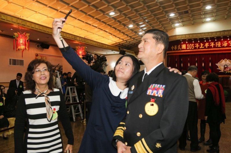 20151229-SMG0045-021-女兒和他玩自拍-海軍司令部政戰主任蔡鴻圖-陳明仁攝.jpg