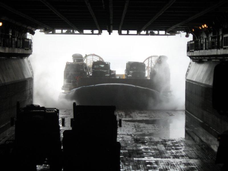 兩棲船塢登陸艦中未注水的塢艙,氣墊登陸艇正在駛入。(取自維基百科,Sanorton攝/CC BY 3.0)
