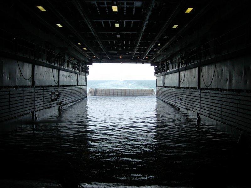 兩棲船塢登陸艦中已注水的塢艙,可供登陸艇直接進出。(取自維基百科,Sanorton攝/CC BY 3.0)