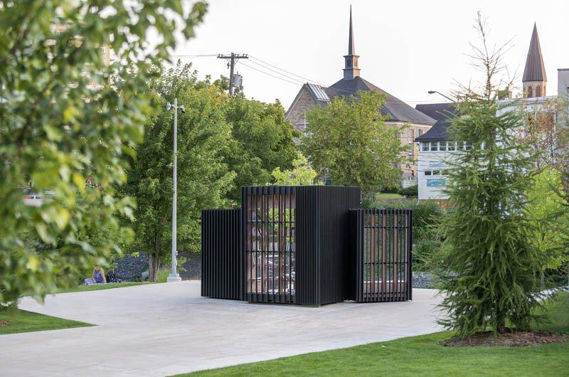 外觀看起來就像一個黑盒子,竟是微型圖書館(圖/AKB)