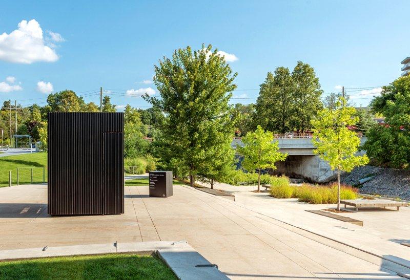 外觀看起來就像一個黑盒子,竟是微型圖書館 (圖/AKB)