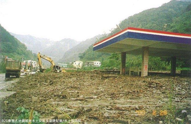 1999年九二一地震,造成加油站遭掩埋。(取自農委會水保局)
