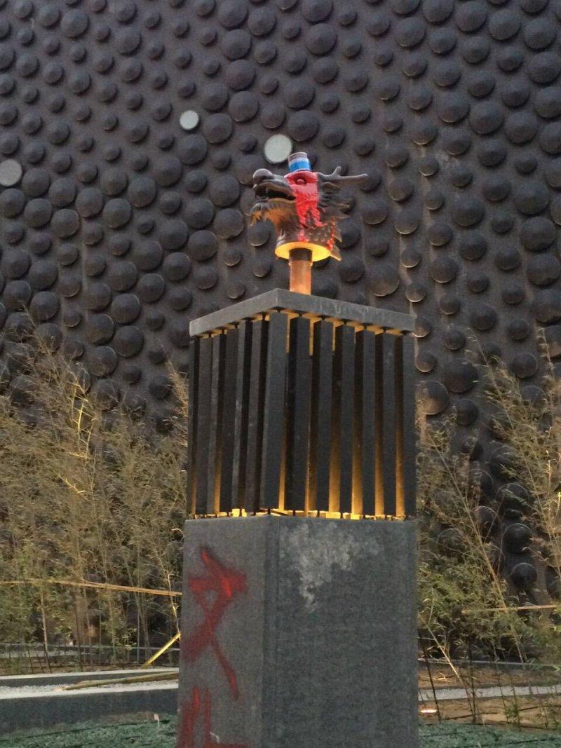 故宮南院獸首30驚傳遭抗議民眾噴漆,寫下「文化統戰」四字。(取自願景在地→嘉義臉書)