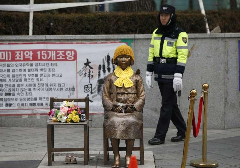 日本政府一直想要移除的慰安婦少女像。(美聯社)