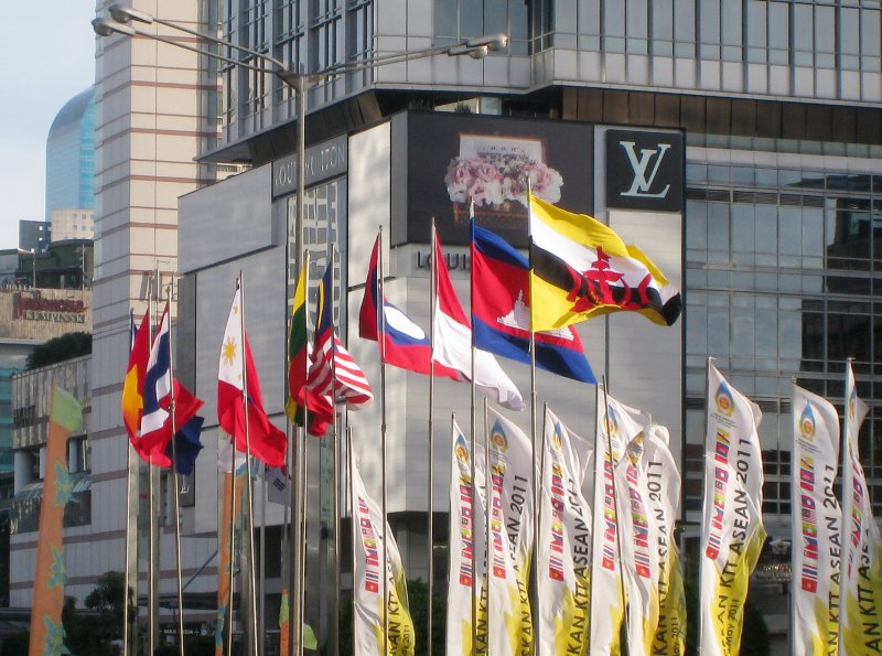 印尼首都雅加達東協秘書處外的成員國旗幟(維基百科)