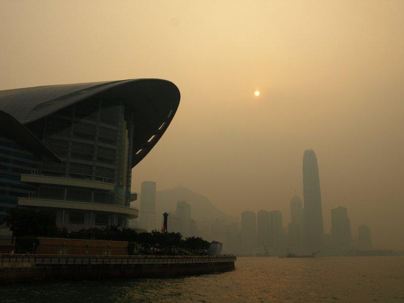 氮氧化合物受紫外線照射,就會形成光化學煙霧,不但對人體有害也影響能見度。(圖/Wikimedia)