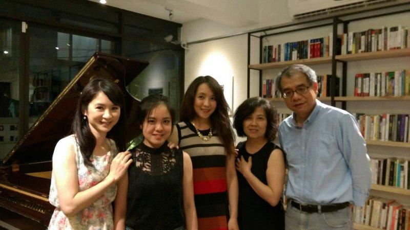 作家楊照(右)與音樂家女兒李其叡(左二)。(取自楊照臉書)