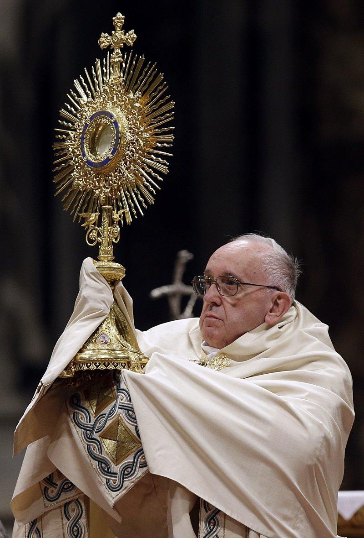 教宗於彌撒中舉起聖體匣(美聯社)