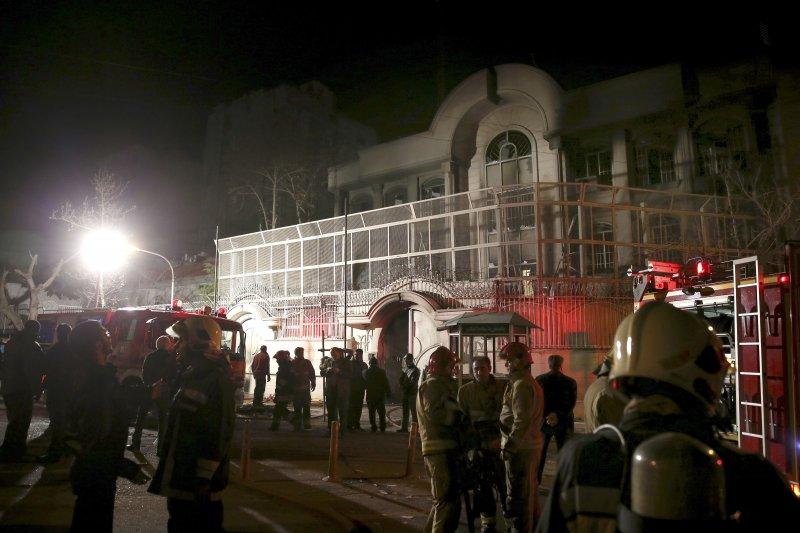 伊朗示威群眾2日晚間包圍沙國使館。(美聯社)