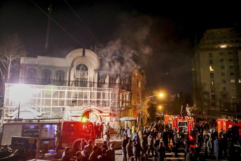 為抗議沙國處死什葉派教長,沙國駐伊朗大使館3日遭抗民眾縱火。(美聯社)