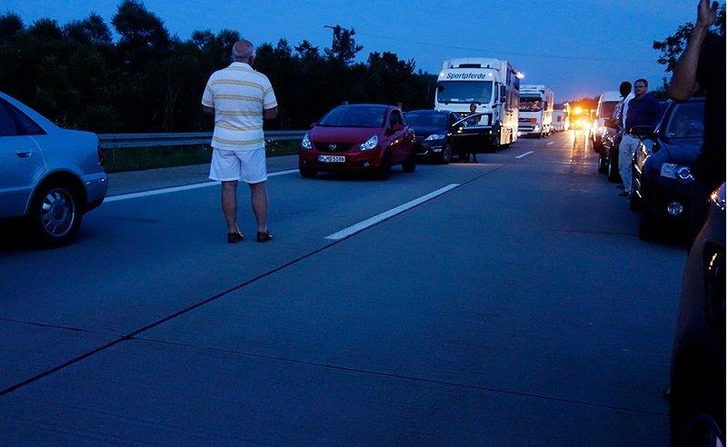 在德國開車遇到事故,駕駛們安靜地讓出路來。(photo by Rynn Lai/go by train)