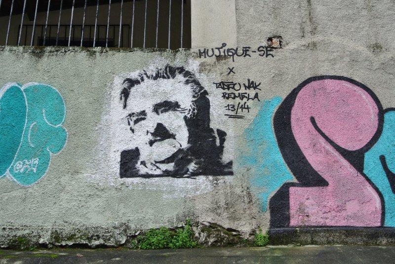 連街頭塗鴉都可見到穆希卡的畫像。(圖/Maurice King@Flickr)