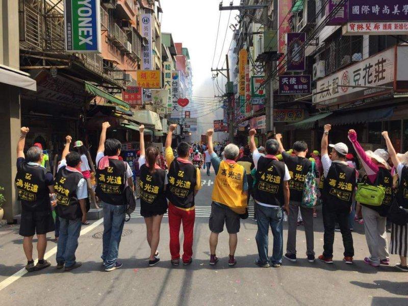 馮光遠與他的助選團隊一同掃街拜票。(照片/康紘齊提供)