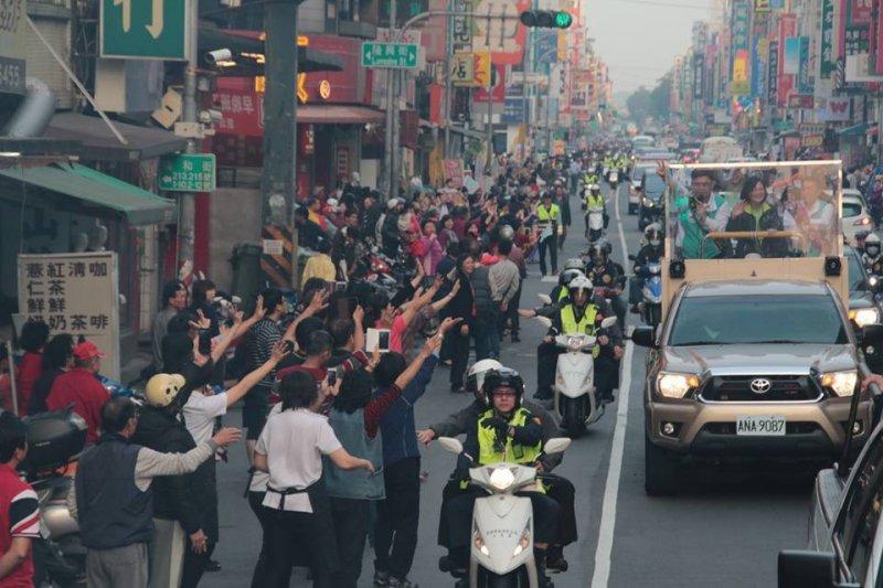 民進黨總統候選人蔡英文從南台灣開始展開全台瘋狂大掃街,上午從屏東楓港出發,下午來到高雄市。(顏振凱攝)