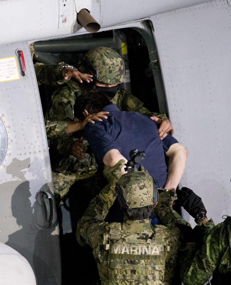 古茲曼被押上直升機(美聯社)
