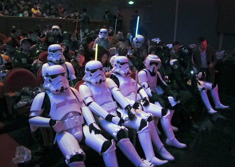 打扮為帝國風暴兵出席上海首映會的影迷(美聯社)