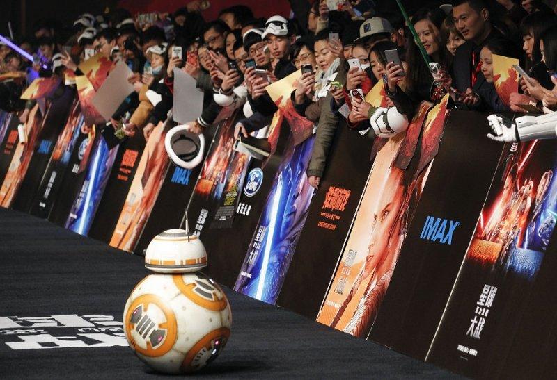 BB-8抵達上海首映會,受到影迷歡迎(美聯社)