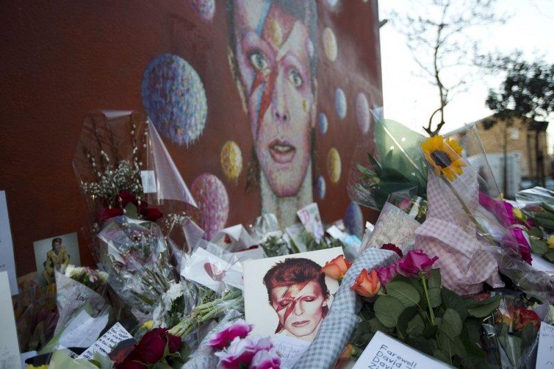 歌迷於倫敦布里克斯頓的壁畫前向大衛鮑伊致敬(美聯社)