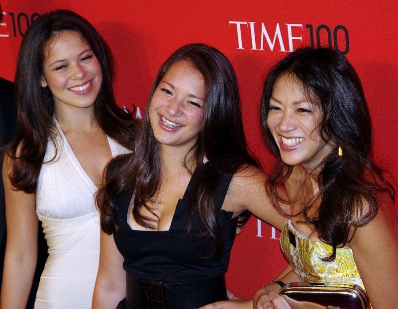 2011年,蔡美兒與2個女兒(維基百科)