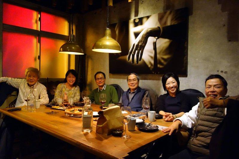廖玉蕙與文化人朋友聚會,談及自己支持范雲。左起向陽、廖玉蕙、鴻鴻、陳芳明、張小紅、王小棣。(取自廖玉蕙臉書)