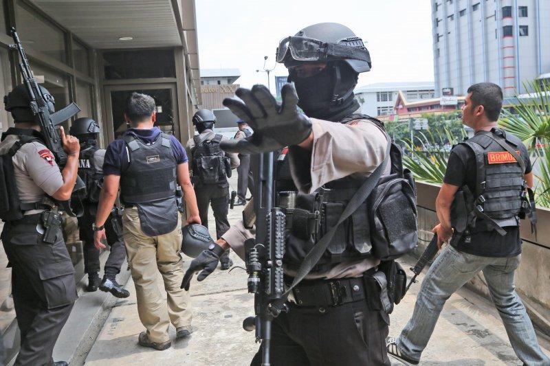 印尼首都雅加達市區14日傳出多起爆炸槍擊案,雅加達警方目前正在搜尋在逃槍手。(美聯社)