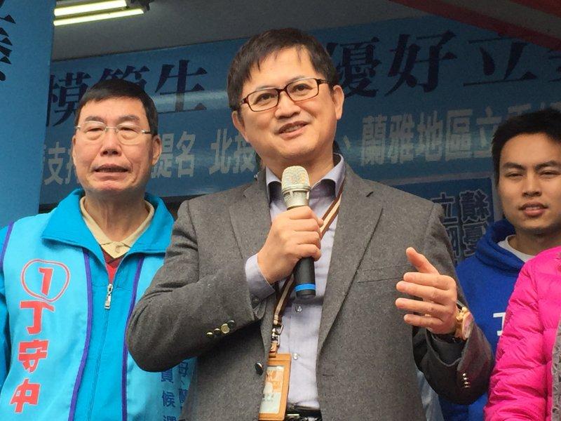 台北市第一選區戰況膠著,和碩聯合科技董事長童子賢到場力挺國民黨候選人丁守中,童子賢表示,丁守中是一位「A++」立委。(吳友友攝)