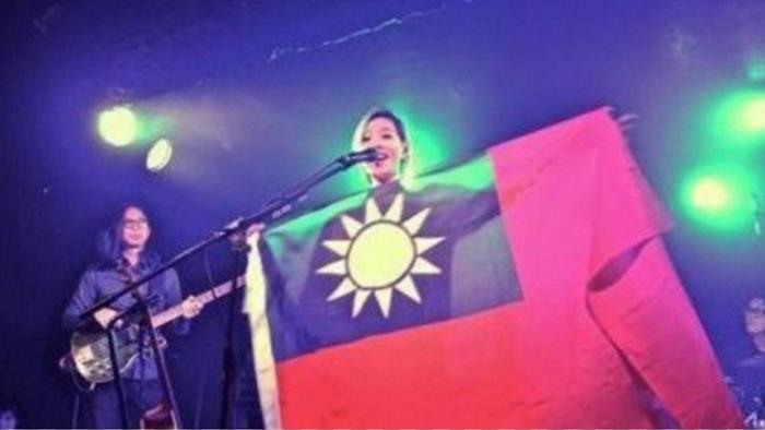 張懸於二0一三年在英國演唱舉起歌迷送的國旗,就再進不了大陸市場。(翻攝自youtube)