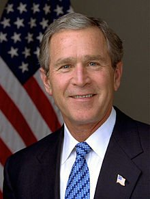 2001年6月27日,美國總統喬治.布希簽署了一項「行政法令」,雖然法令上並無使用「恐怖分子」一詞,但卻把阿赫麥提當作恐怖分子來對待。(取自維基百科)