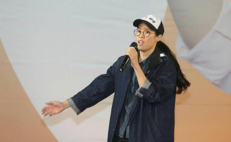 親民黨總統候選人宋楚瑜及副手、民國黨主席徐欣瑩今晚在台北田徑場舉辦「團結勝利換新衫」造勢,宋楚瑜女兒宋鎮邁也一同登場造勢。(陳明仁攝)