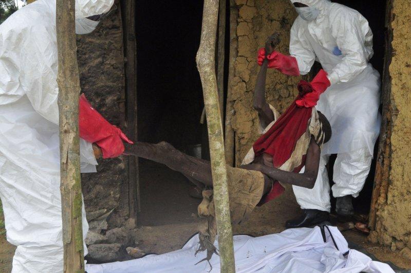 賴比瑞亞的公衛人員處理伊波拉死者遺體(美聯社)