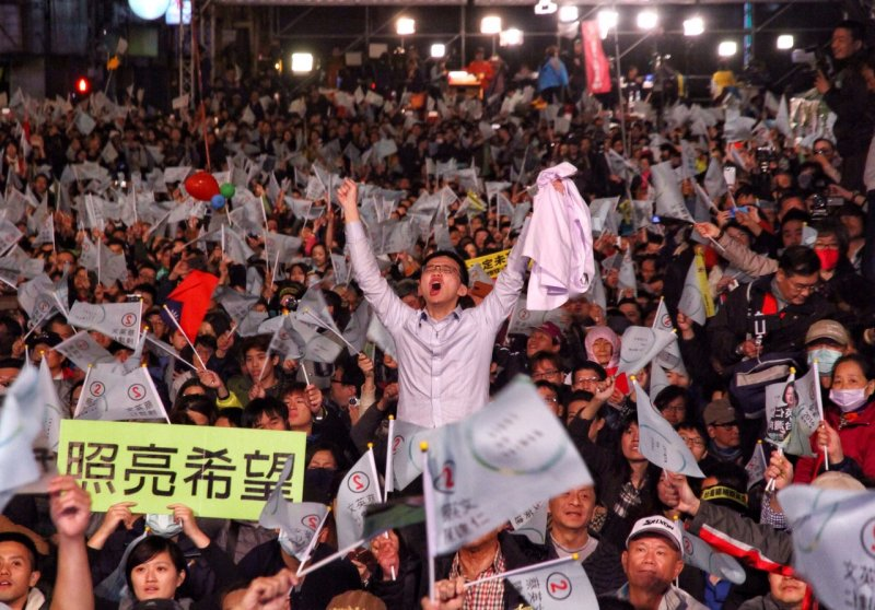20160116-SMG0045-061-民進黨總部外-支持者高聲歡呼-曾原信攝.jpg