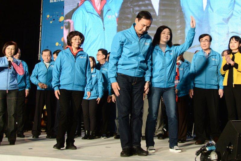 國民黨在2016總統暨立委選舉當中遭遇到前所未有的潰敗,宣布辭去黨主席的朱立倫在演說結束後向支持群眾鞠躬。(林俊耀攝)