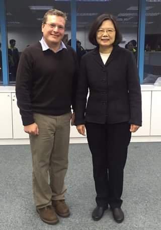 宏都拉斯駐台灣大使謝拉(左)與蔡英文(右)合影。(取自謝拉臉書)