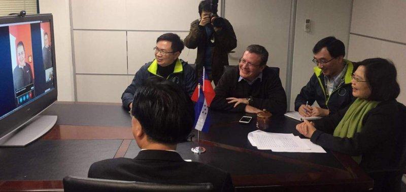 我友邦宏都拉斯總統(左)16日透過視訊向台灣總統當選人蔡英文(右)祝賀。(取自謝拉臉書)
