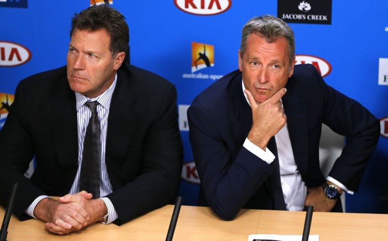 世界職業網球協會主席柯默德(右)18日在澳洲回應網壇假球醜聞。(美聯社)