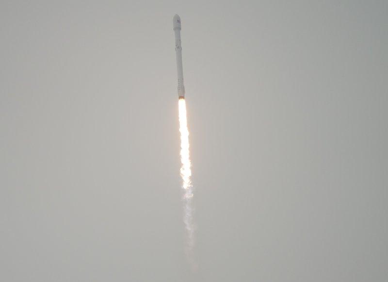 美國SpaceX公司「獵鷹9號」(Falcon 9)火箭17日上午從加州范登堡空軍基地升空。(美聯社)
