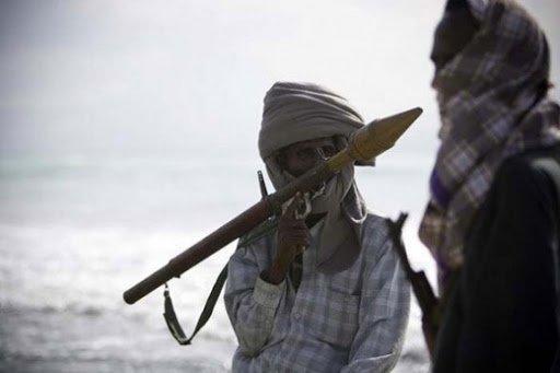 索馬利亞的海盜活動始於1990 年代初期,由於才剛歷經政府崩潰,無力驅逐在附近海域非法捕魚的行為,當地漁夫只好鋌而走險開始當起海盜。(取自網路)