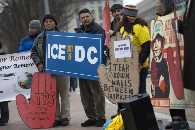 抗議人士聚集白宮前,要求國土安全部馬上停止驅逐移民。(美聯社)