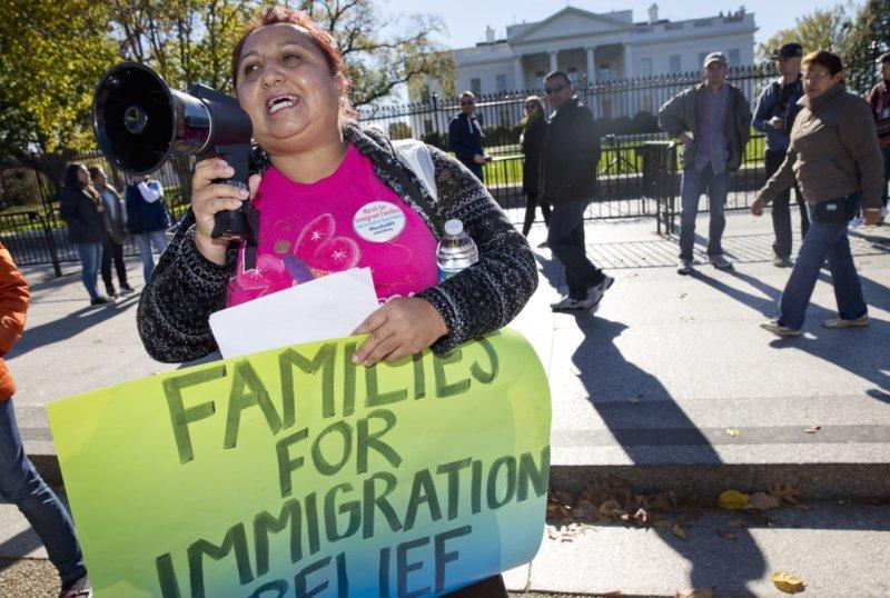 來自玻利維亞的移民在白宮前抗議,希望聯邦最高法院能做出判決,讓DAPA通過。(美聯社)