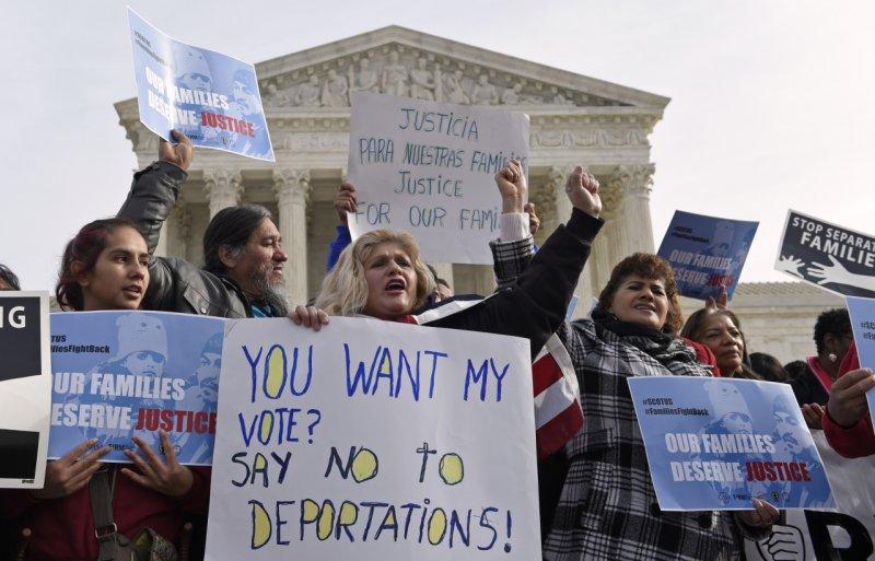 移民維權組織在聯邦最高法院前遊行,希望DAPA儘速過關。(美聯社)